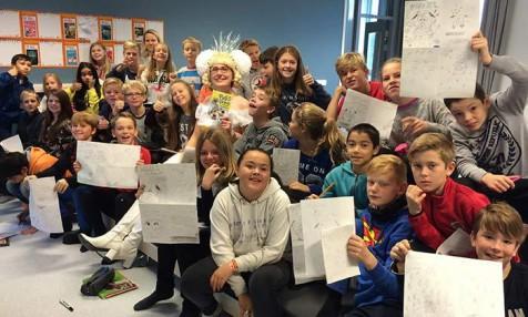 Sarah McIntyre har9 SILKeskolebesøk denne uken. Stor lykke blant elevene på Torvastad skole år de får bruke fantasien til å lage tegneseier og spill.