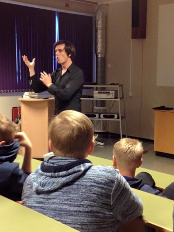 Simon Strnger trollbandt elevene på Skudenesungdomsskole